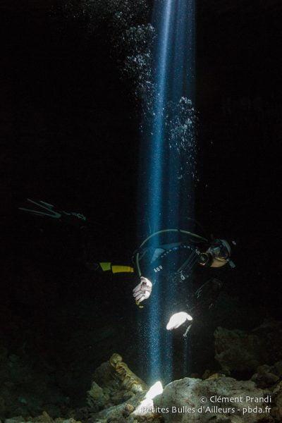 """Dans la """"salle des lasers"""" du cenote Tajma Ha. Mexique, juillet 2014."""