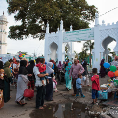 Atmosphere in front of the Baiturrahman mosque in Banda Aceh, after the late afternoon prayer. Sumatra, Indonesia, December 2014.
