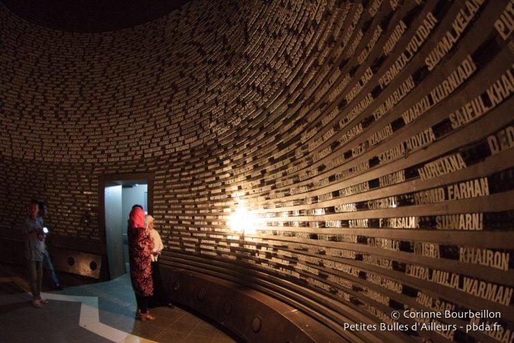 Les noms des victimes, au musée du tsunami. Banda Aceh, Sumatra, Indonésie. Décembre 2014.