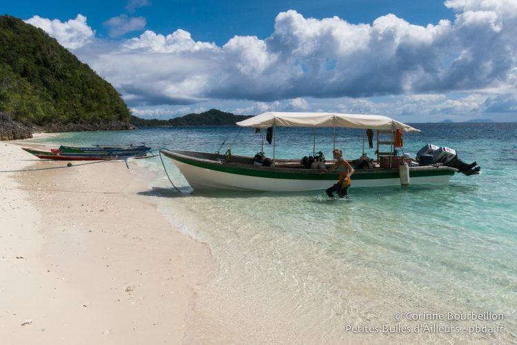 Le bateau de Papua-Diving dans l'archipel de Fam. Raja Ampat, Papouasie occidentale, Indonésie, janvier 2015.