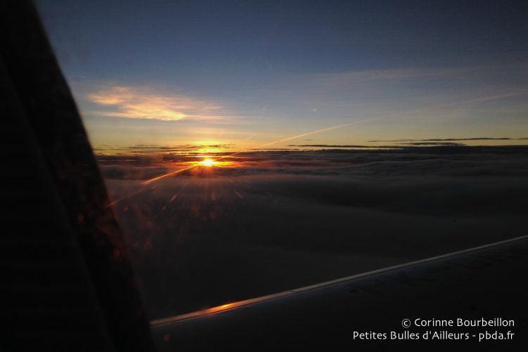 L'aube vue du ciel au-dessus de la Papouasie. Janvier 2015.