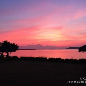 Coucher de soleil sur Gili Asahan. Lombok, Indonésie, juillet 2015.