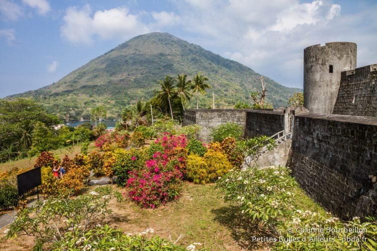 """Le cone du volcan, le """"gunung api"""", domine l'archipel. Banda Neira, Moluques, Indonésie, octobre 2015."""