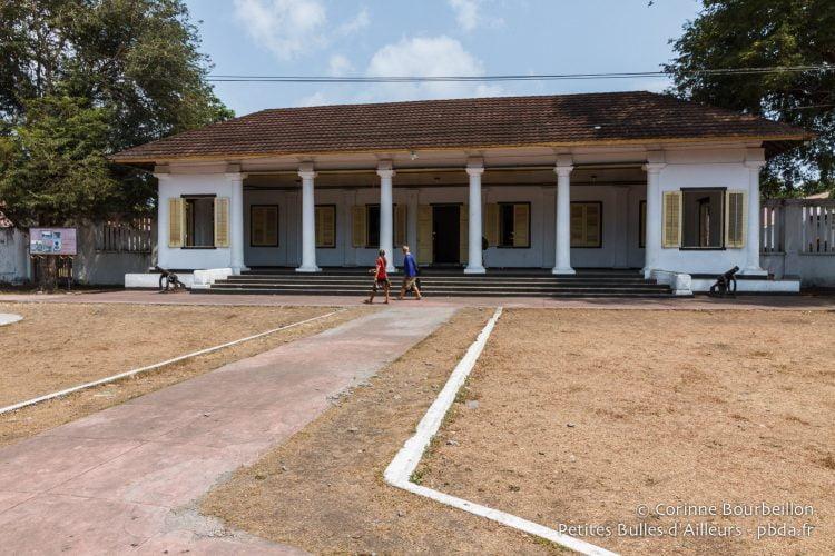 Bâtisse coloniale de l'époque hollandaise. Banda Neira, Moluques, Indonésie, octobre 2015.