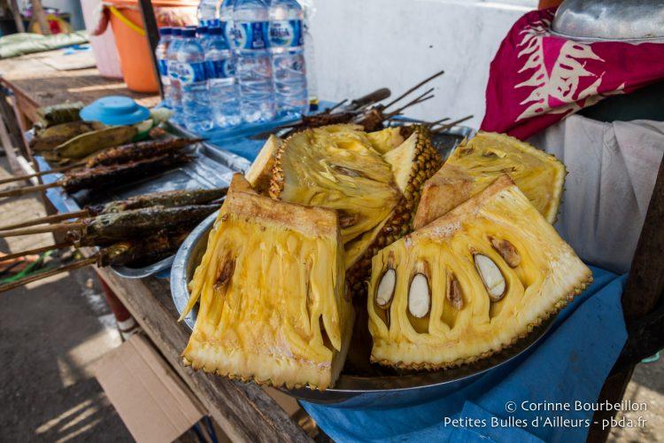 Des fruits étranges sur les étals. Banda Neira, Moluques, Indonésie, octobre 2015.