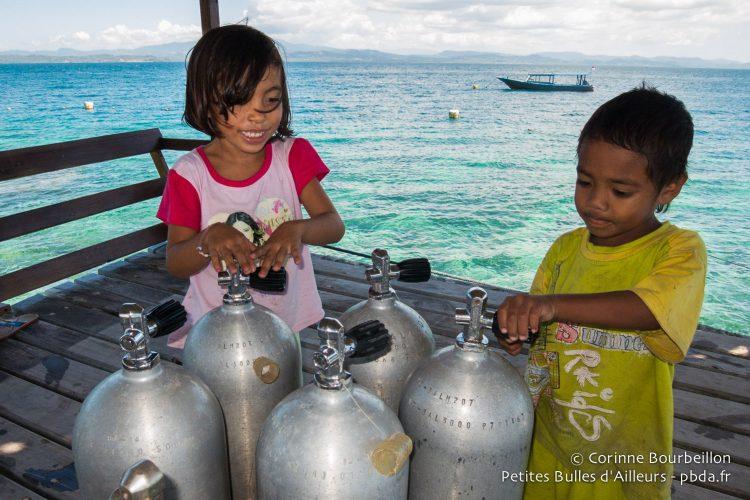 À peine plus hauts que les bouteilles des plongeurs ! (Bangka, Sulawesi, juillet 2015.)