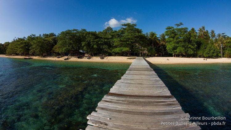 Le ponton de Coral Eye, à Bangka Island. (Sulawesi, juillet 2015.)