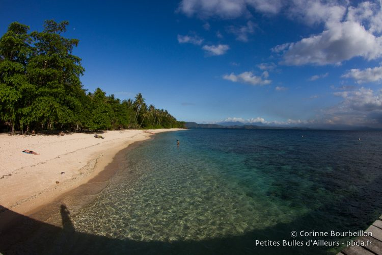 La plage de Coral Eye. (Bangka, Sulawesi, juillet 2015.)