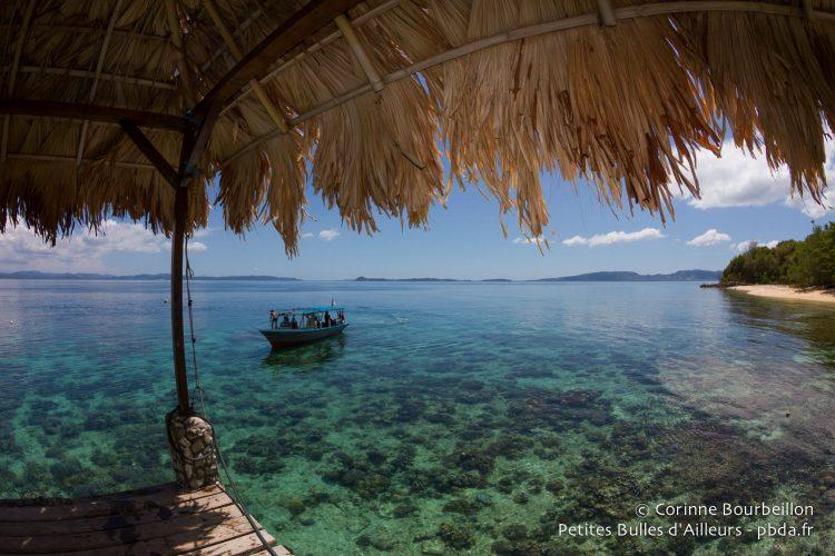 Le retour du bateau est délicat, à marée basse, à cause du corail à fleur d'eau. (Bangka, Sulawesi, juillet 2015.)