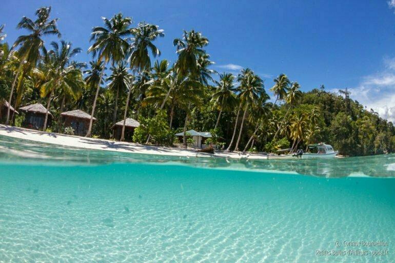 La plage du resort Triton Bay Divers, sur l'île d'Aiduma. (Triton Bay, Kaimana, Papouasie occidentale, Indonésie, mars 2016.)