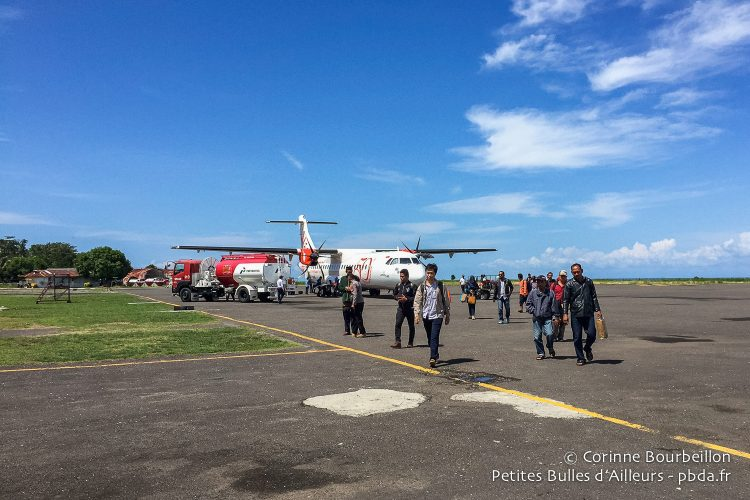 The little cuckoo from Wings Air pours its passengers on the tarmac of Kaimana airport. (Indonesia, West Papua, March 2016.)