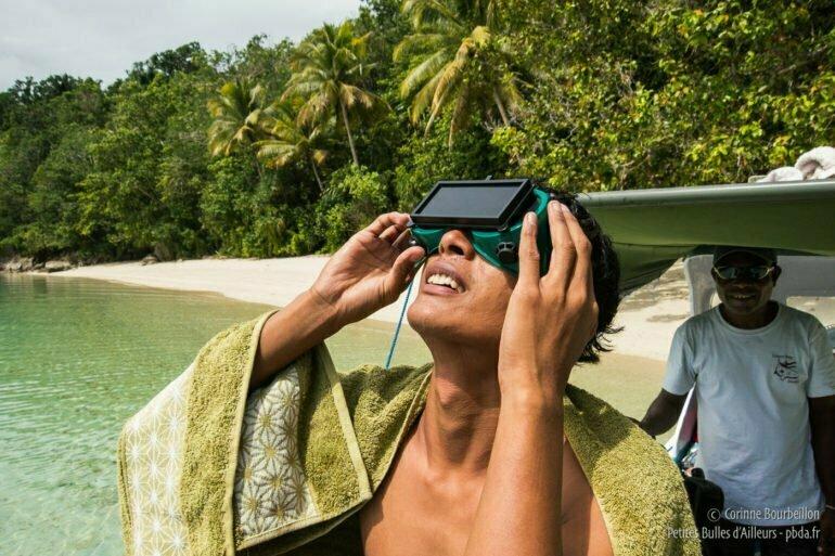 Andi, l'un de nos guides, observe l'éclipse. (Triton Bay, Papouasie, Indonésie, mars 2016)