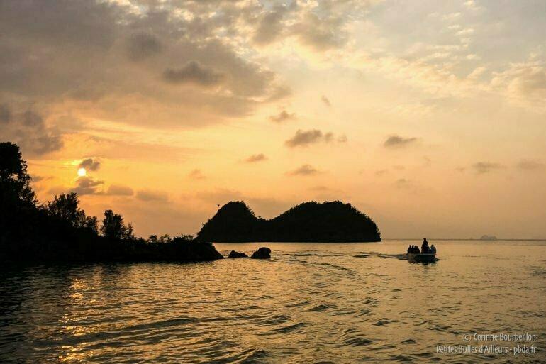 Coucher de soleil sur les îlots du sud de Misool. (Raja Ampat, Indonésie, novembre 2015.)