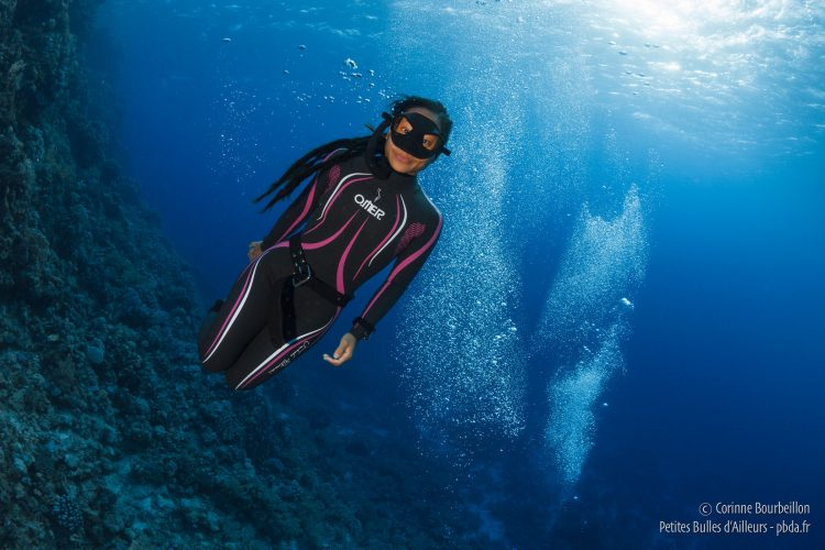 Séance d'apnée au milieu des bulles des plongeurs bouteille. (Mer Rouge, octobre 2016)