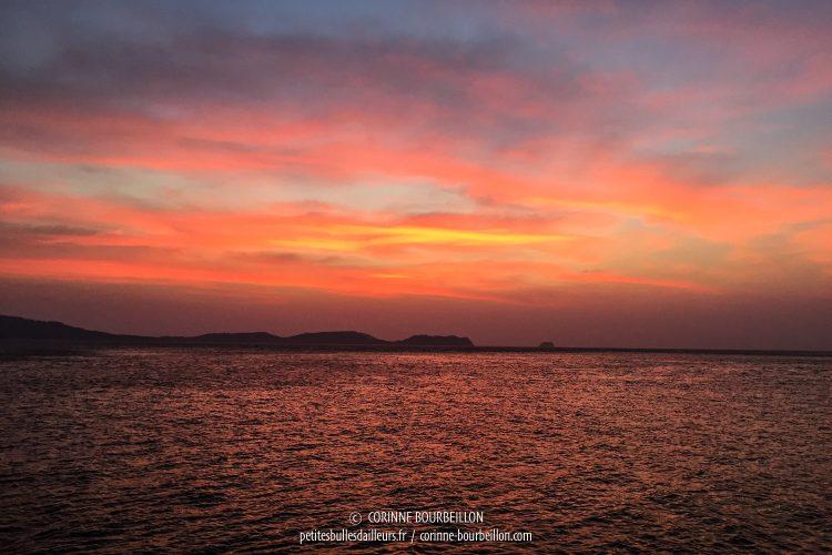 Chaque soir, le ciel d'Anilao s'embrase pour des couchers de soleil somptueux. (Philippines, mars 2017)