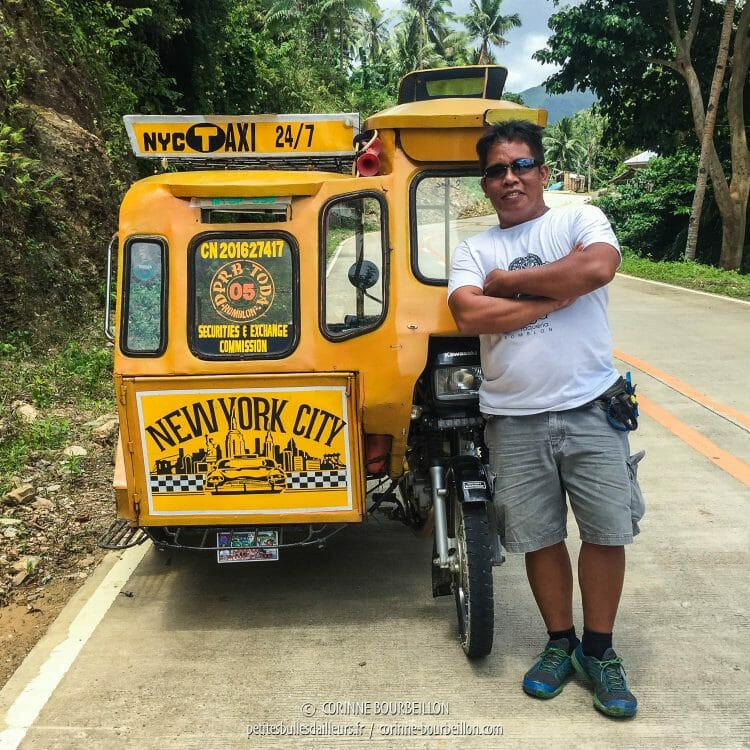 Arnold prend la pose devant son tricycle aux couleurs des taxis new-yorkais. (Romblon, Philippines, mars 2017)