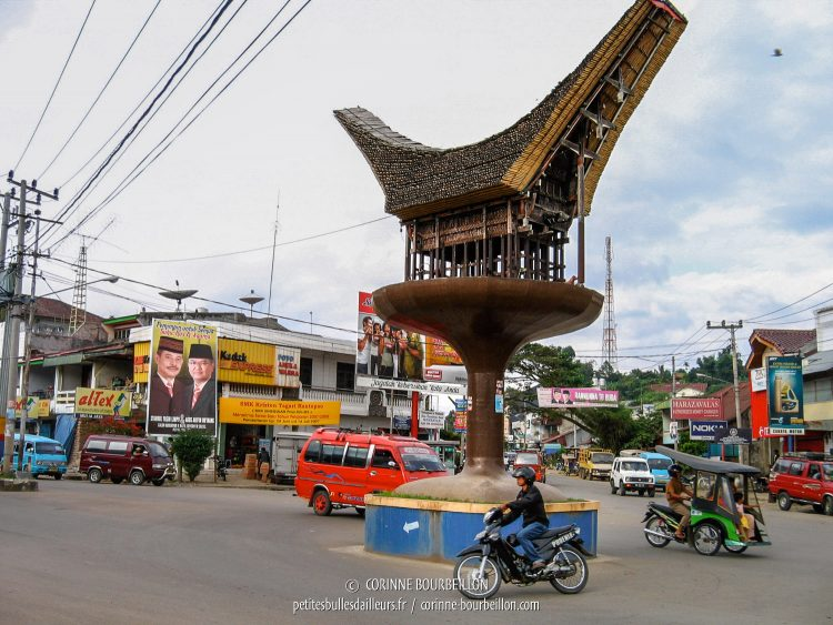 "The center of Rantepao, with a roundabout ""tongkonan"", just to remind you that you are well in Toraja country. (Sulawesi, Indonesia, July 2007)"