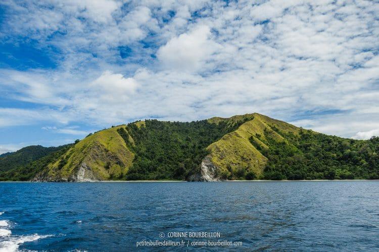On longe la péninsule pour rejoindre le site de Batu Tekek. La balade en mer est magnifique ! (Centre-Sulawesi, Indonésie, juillet 2017)