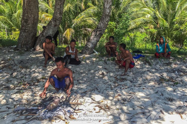 Les pêcheurs ont allumé un feu sur le sable pour griller les poissons. (Ondoliang Beach, Centre-Sulawesi, Indonésie, juillet 2017)