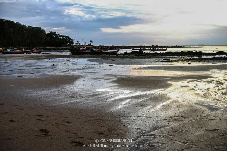 Lumière du soir sur la plage à marée basse. (Koh Lanta, Thaïlande, juillet 2007)