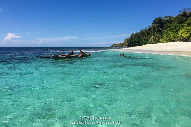 Le bleu de l'eau fait presque mal aux yeux. (Ondoliang Beach, Centre-Sulawesi, Indonésie, juillet 2017)