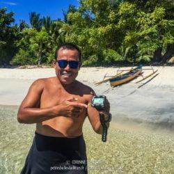 Opo le héros prend la pose avec le rescapé sauvé des eaux... (Ondoliang Beach, Centre-Sulawesi, Indonésie, juillet 2017)