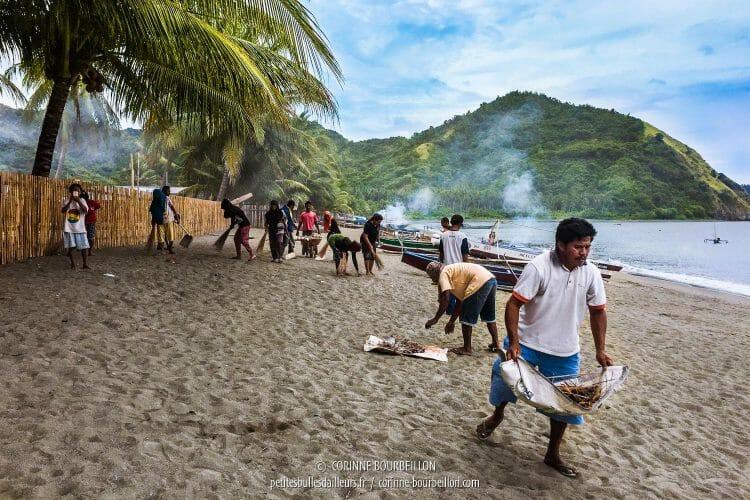 Les habitants du village nettoient régulièrement la plage. (Kampanar, Sulawesi, Indonésie, juillet 2017)