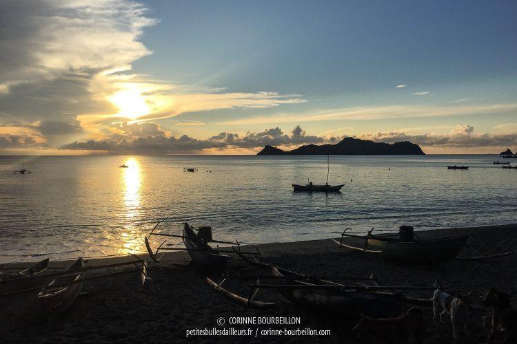 Le soleil se lève sur Kampanar et Pulau Dua, qui se découpe en ombre chinoise à l'horizon. (Centre-Sulawesi, Indonésie, juillet 2017)