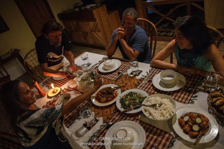 L'ambiance est toujours très sympa, quand, le soir, les plongeurs se retrouvent autour d'une même table pour le dîner. (Tompotika, Kampanar, Centre-Sulawesi, Indonésie, juillet 2017)
