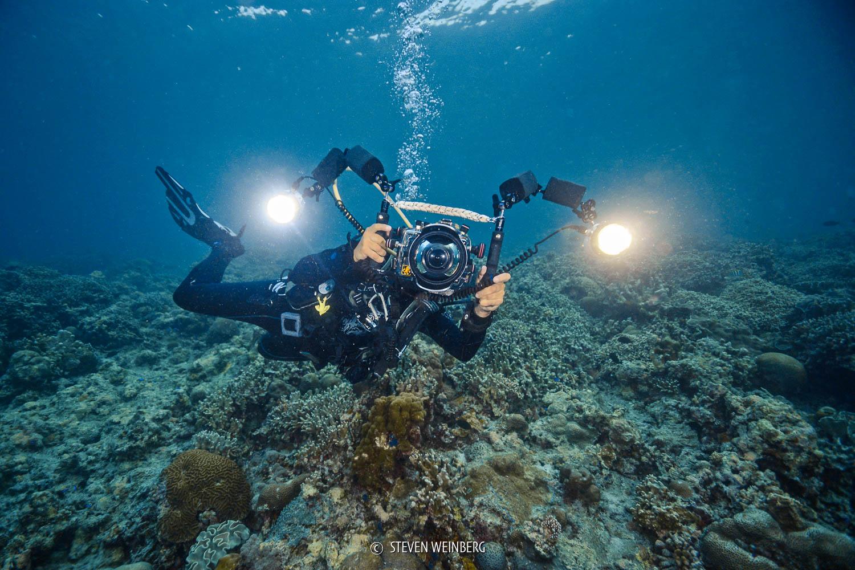Oui, je ne ressemble pas vraiment à une sirène avec tout mon bazar photographique sous l'eau ! (Philippines, mai 2018 - Photo par Steven Weinberg)