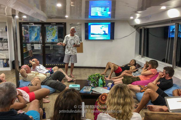 Chaque soir, Steven Weinberg nous propose une petite conférence de biologie marine, sur un thème donné. (Tubbataha, Philippines, mai 2018)