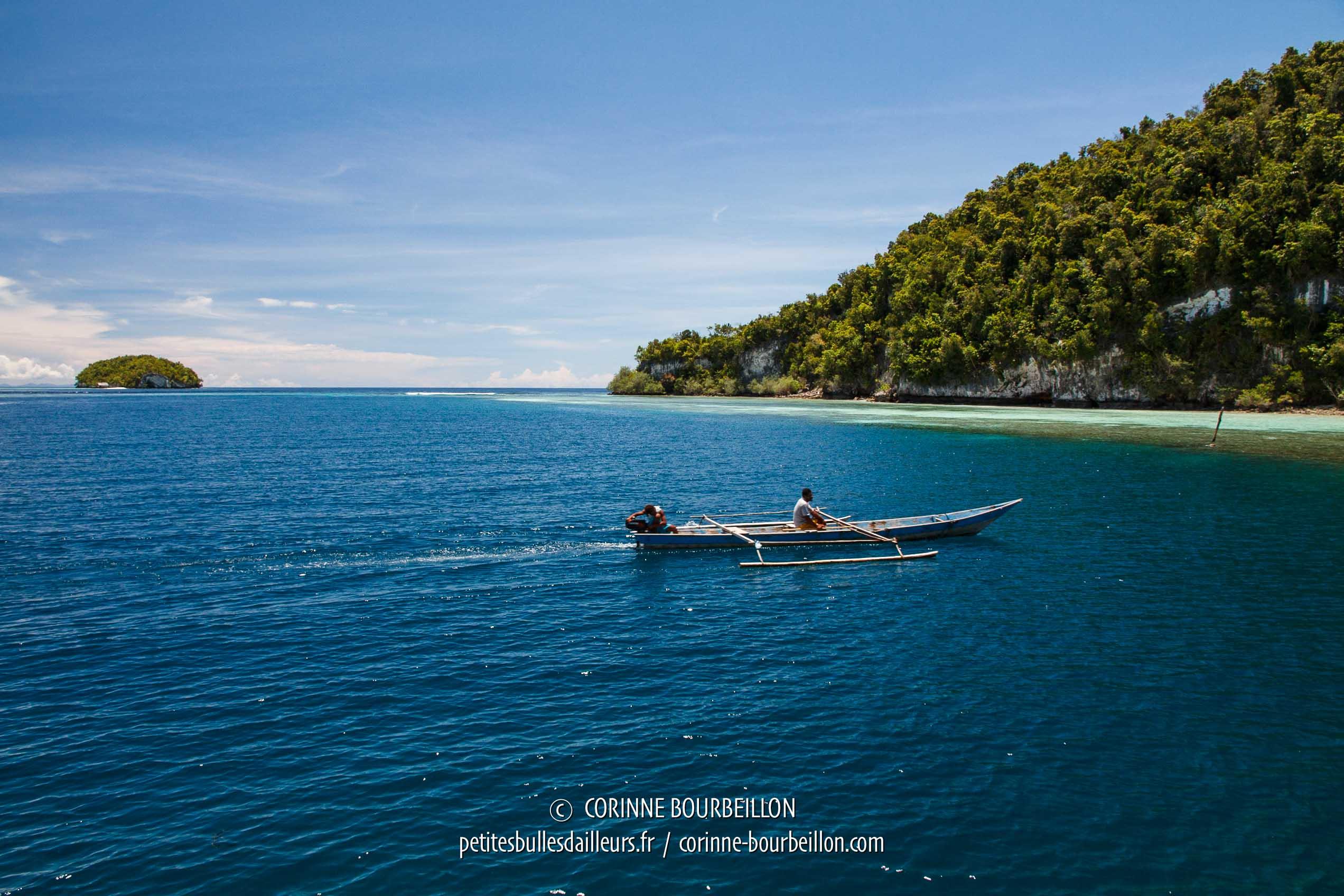 Un bateau devant l'île de Kri. (Raja Ampat, Papouasie occidentale, mars 2012)