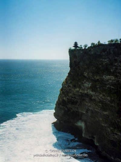 Perché sur sa falaise, le temple d'Uluwatu, au sud de Kuta. (Bali, 2002)