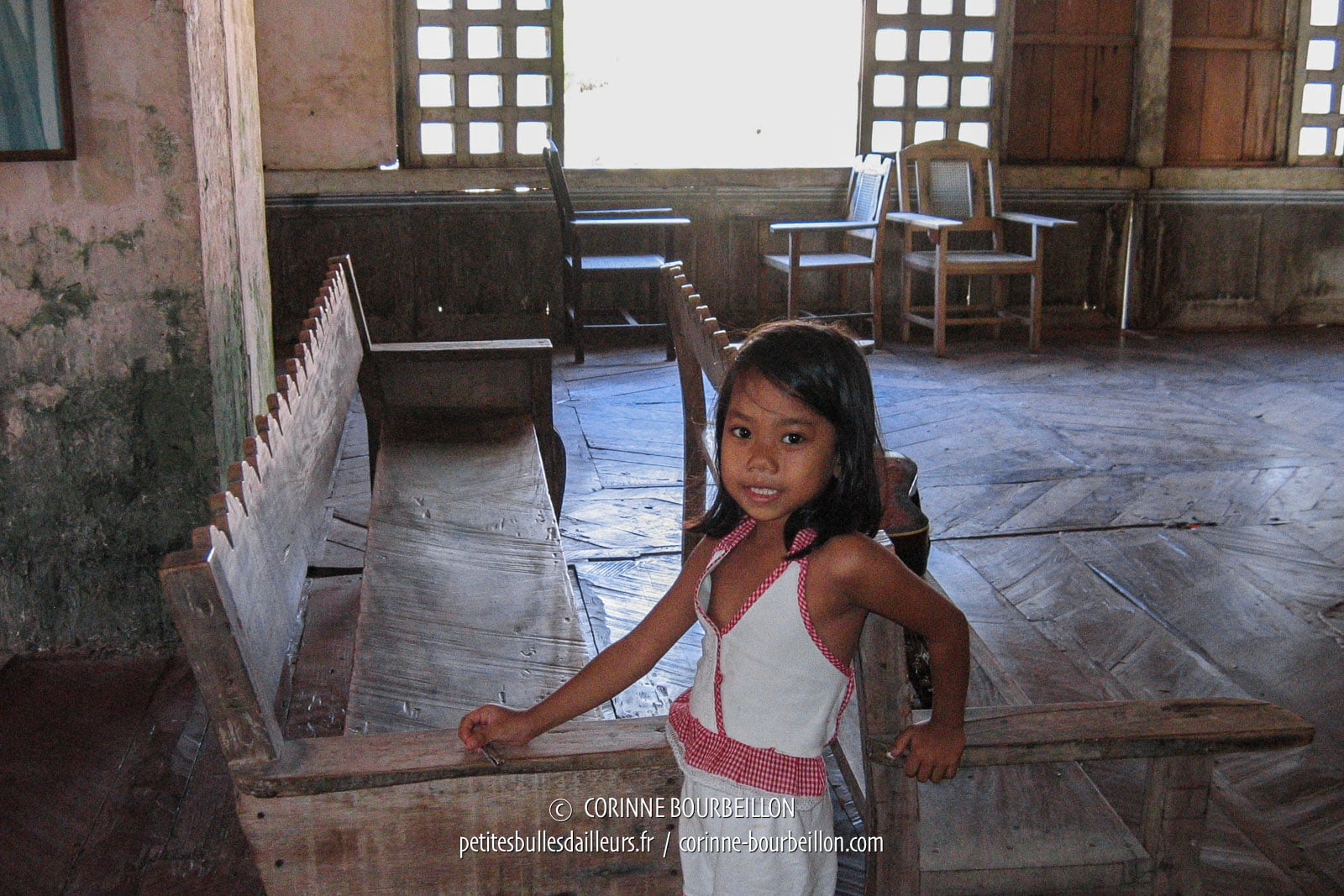 La fillette m'observe aller et venir dans la grande salle. (Lazi, Siquijor, Philippines, février 2008)