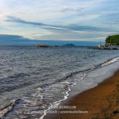 La plage de Dauin. Au fond l'île d'Apo. Le ciel s'éclaircit à l'horizon... (Negros, Philippines, février 2008)