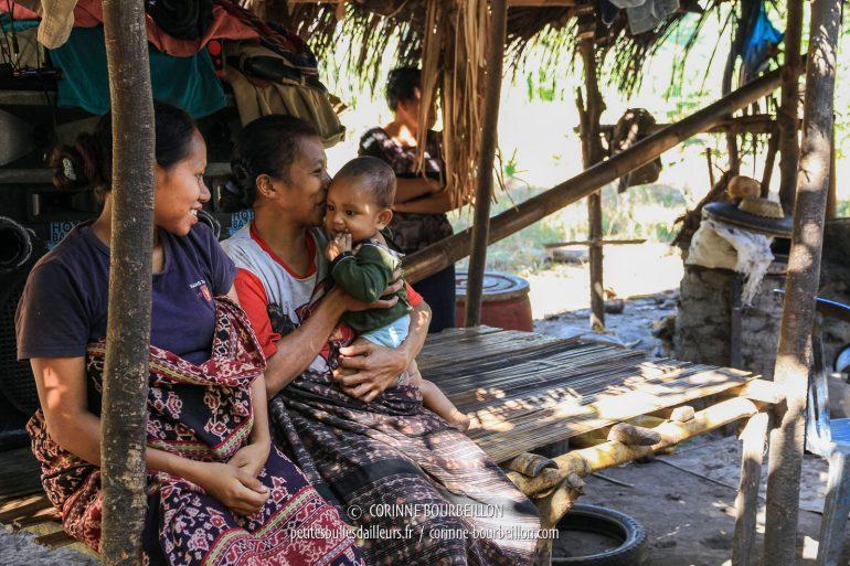 Deux jeunes femmes portant l'ikat traditionnel, près de Maumere. (Flores, Indonésie, juillet 2011)