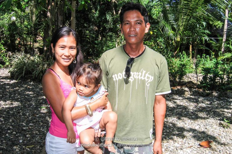 "Jeany Rose, the owner of the very nice ""Bananaland Cottages"" in Alona Beach, her brother Jeril, and the little Lauren. (Panglao, Visayas, Philippines, February 2008)"