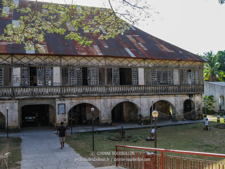 L'ancien couvent de Lazi abrite désormais une école et un musée. (Siquijor, Philippines, février 2008)