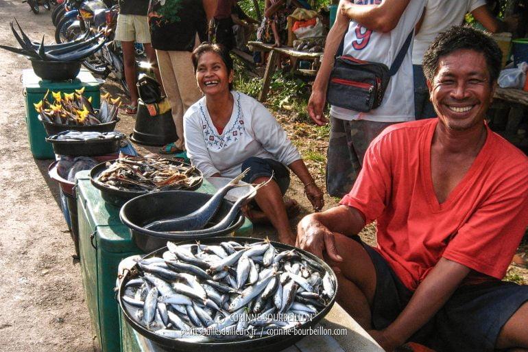 Grands sourires des marchands de poisson, installés à la sortie de l'arène... Un bon spot pour faire des affaires.  (Siquijor, Philippines, février 2008)