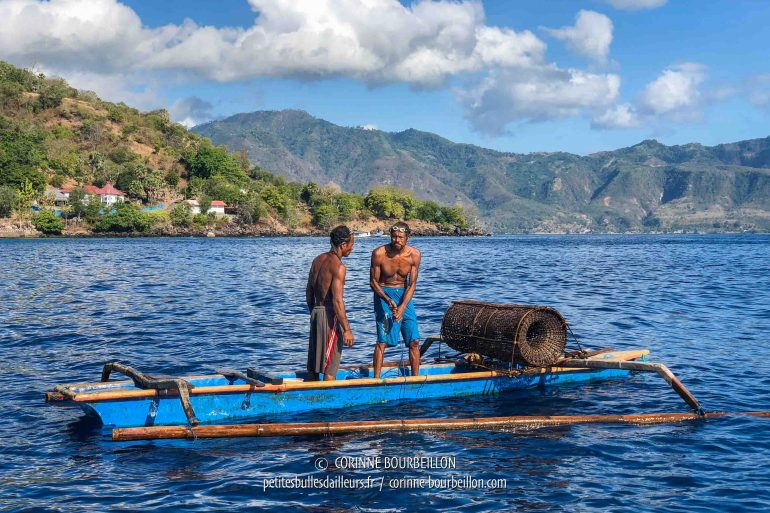 When we go diving, we often meet fishermen, who immerse or raise their traditional bamboo traps. (Alor, Indonesia, July 2018)