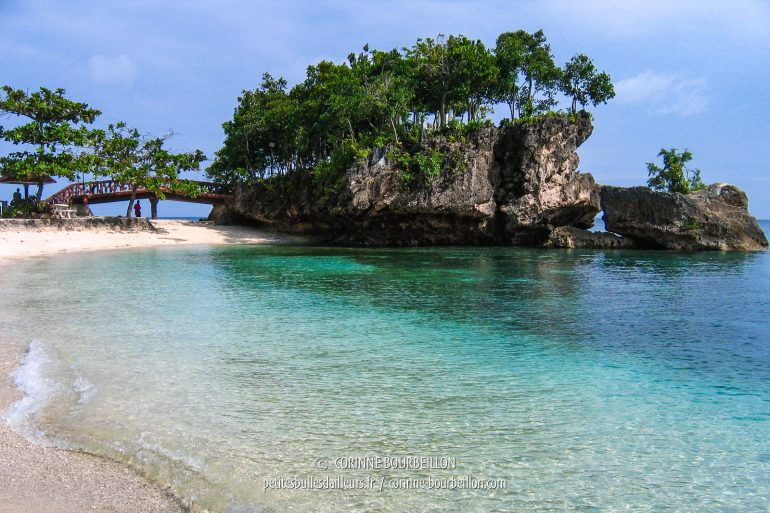 Really cute, this big rock over the turquoise water, in Salagdoong Beach. (Siquijor, Philippines, February 2008)