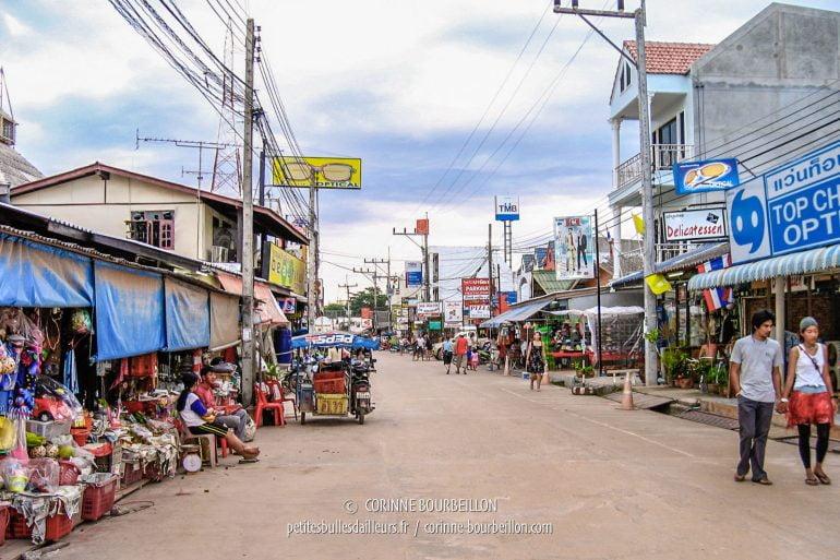 La rue principale de Ban Saladan. (Koh Lanta. Thaïlande, janvier 2007)