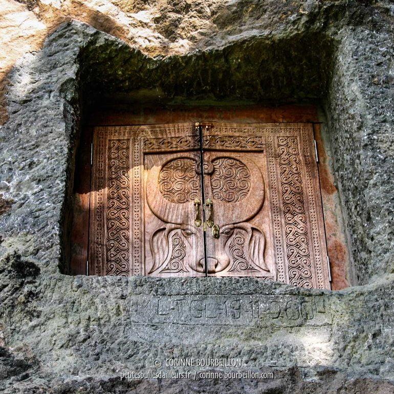 L'une des tombes creusées dans la falaise à Lemo. (Pays Toraja, Sulawesi. Juillet 2007)