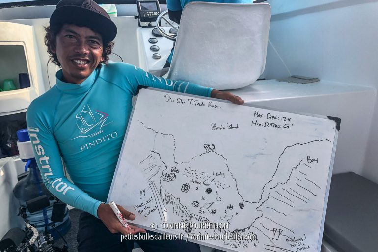 Incredible: among our dive guides, I meet Arif, whom I had met eight years earlier, in 2010, at the other end of Indonesia, at the Lumba Lumba center in Pulau Weh (Sumatra)! He briefs us here for the Tanduk Rusa site in Gili Banta, and even drew manta rays ... which will be there! (Sumbawa, Indonesia, July 2018)