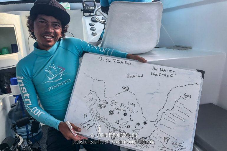 Incroyable : parmi nos guides de plongée, je retrouve Arif, dont j'avais fait la connaissance huit ans plus tôt, en 2010, à l'autre bout de l'Indonésie, au centre Lumba Lumba de Pulau Weh (Sumatra)! Il nous briefe ici pour le site Tanduk Rusa, à Gili Banta, et nous a même dessiné des raies mantas... qui seront bien au rendez-vous! (Sumbawa, Indonésie, juillet 2018)