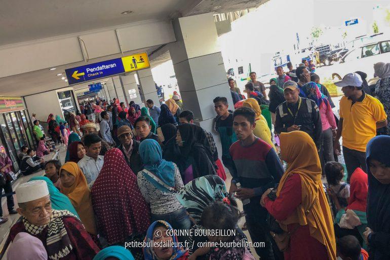 La foule à l'aéroport de Bima. (Sumbawa, Indonésie, juillet 2018)