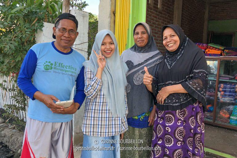Devant la boutique de la tisserande chez qui nous avons acheté des pièces de tissu, près de Sape, toute la famille vient prendre la pose pour la photo-souvenir à notre départ. (Sumbawa, Indonésie, juillet 2018)