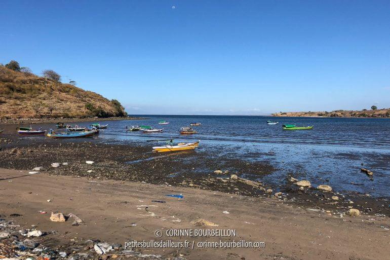 Sur la plage de ce village de pêcheurs, on voit malheureusement s'accumuler les déchets. (Sumbawa, Indonésie, juillet 2018)