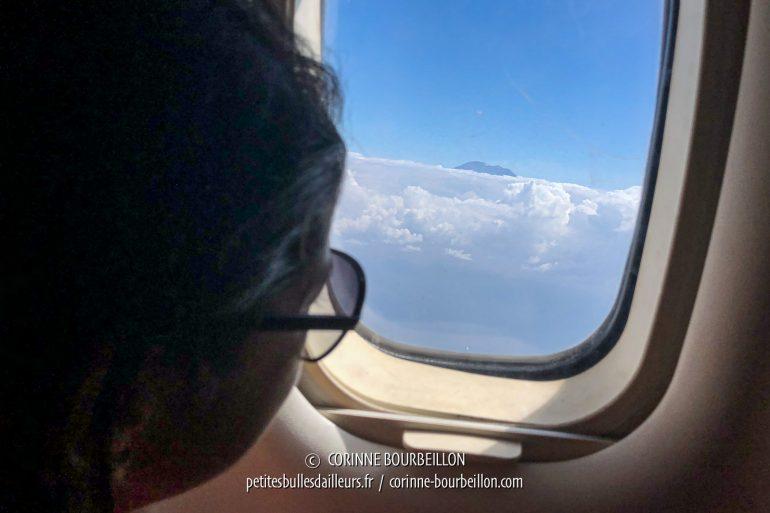 Par le hublot de l'avion, on aperçoit le sommet du mont Agung, qui dépasse des nuages. (Bali, Indonésie, juillet 2018)
