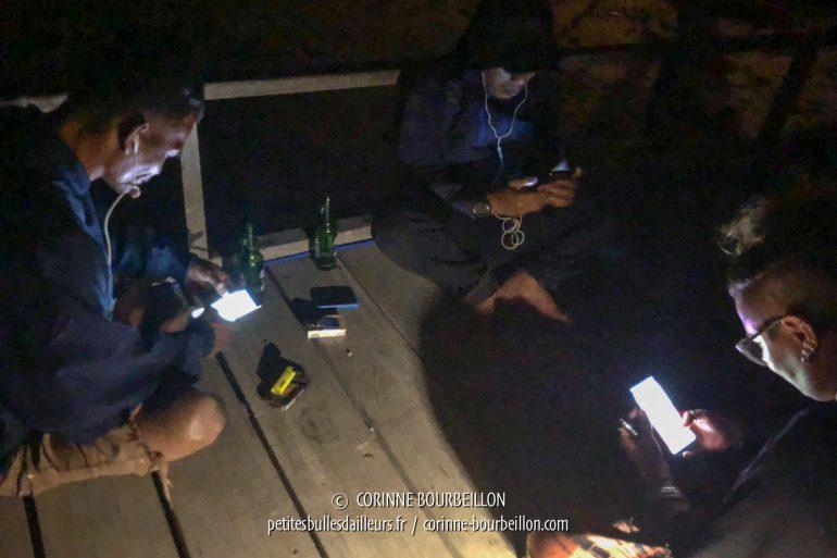 Pas de wifi et une connexion 3G intermittente... Le seul endroit où on a de la réception avec les smartphones, c'est à peu près au premier tiers du ponton. Forcément, le soir, tout le monde, staff et guests, vient ici prendre sa dose d'internet. (Kalimaya, Sumbawa, Indonésie, juillet 2018)